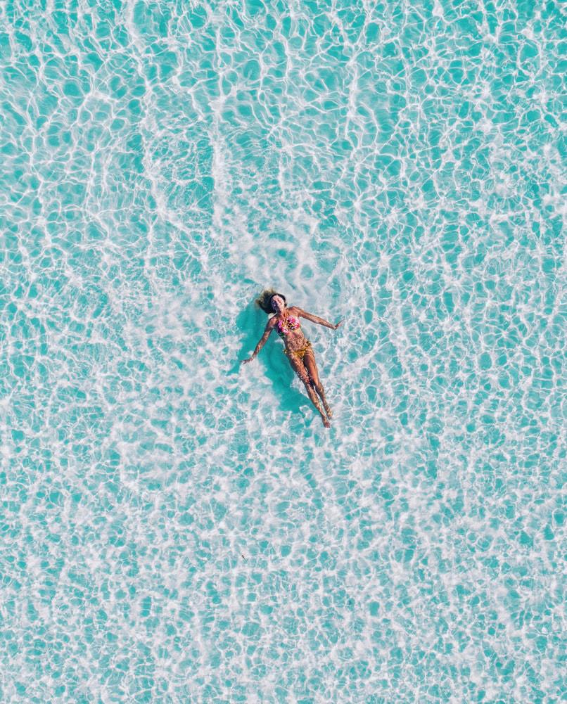 Une femme sereine nage dans l'eau car elle a mis moins de temps de transport