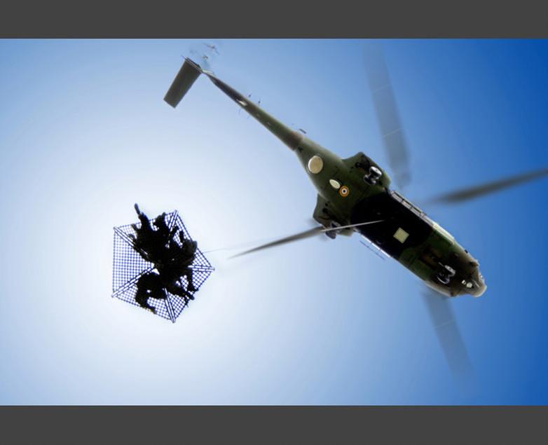 Des forces d'intervention à l'oeuvre, sortant d'un hélicoptère