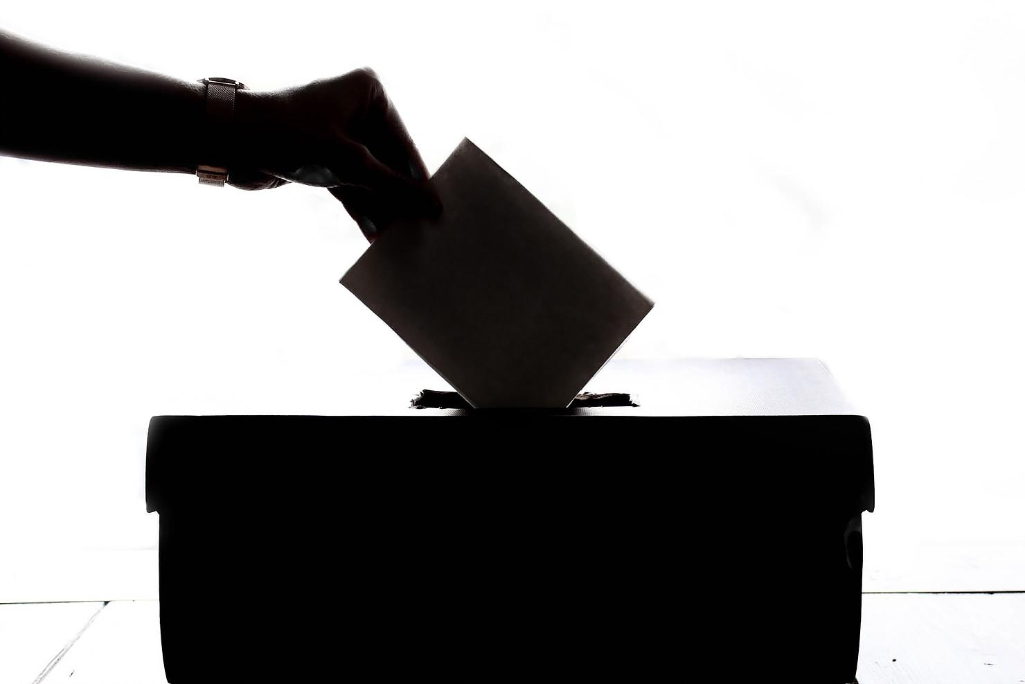 Une enveloppe qui vote dans une urne