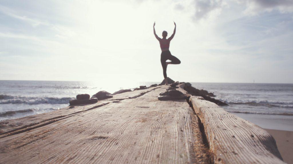 Une personne en bonne santé qui fait du Yoga