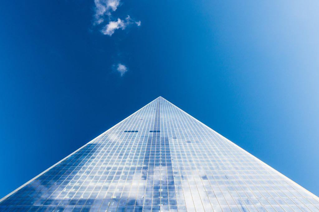 Un gratte ciel vu en contre-plongée, symbole de la transformation numérique