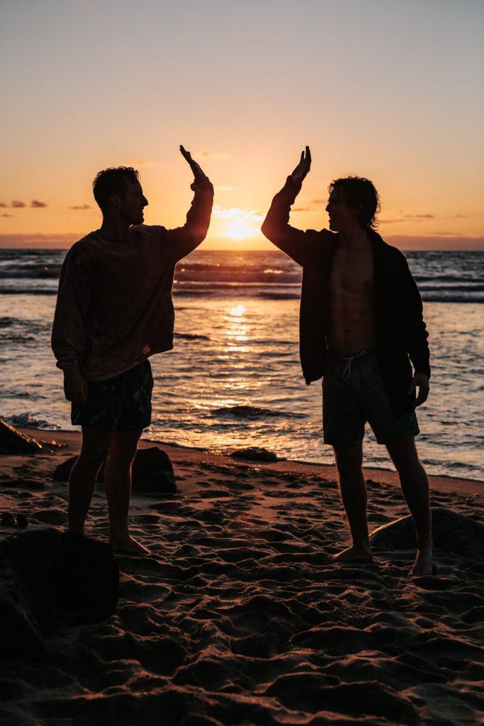 Deux personnes qui se congratulent face à la mer